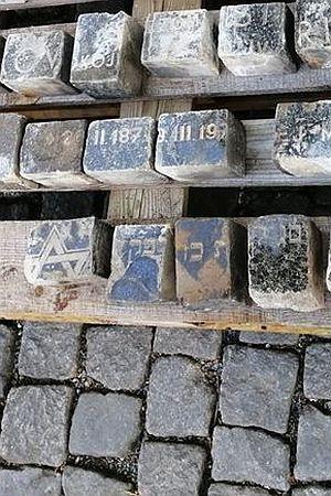GAŽENJE PO GROBOVIMA: I turisti i domaći već desetljećima gaze po židovskim nadgrobnim pločama