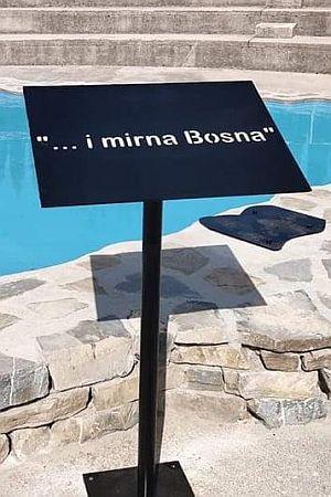 """""""I MIRNA BOSNA"""": Nakon brojnih pritisaka uklonjene skulpture trojice koja pišaju po Bosni i Hercegovini"""