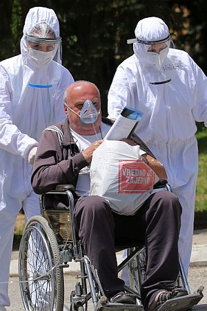 HUMANITARNA KATASTROFA U SRBIJI: Zemlja na respiratoru i suzavcu