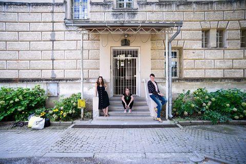 Vida Meić, Melinda Šefćić i Monika Meglić u dvorištu požeške kaznionice