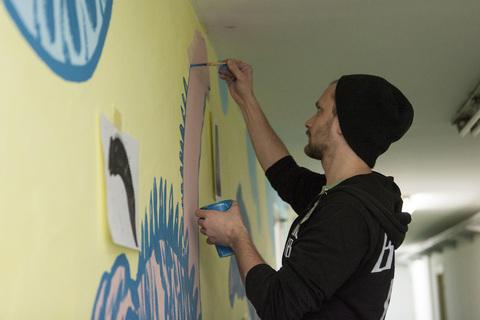 """Ivan Oštarčević oslikava mural """"Adaptacija"""""""