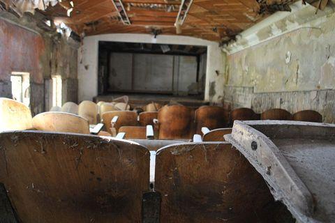 Na mjestu gdje su zatvorenici uživali u filmskim projekcijama, prvi redovi stolica su potpuno skršeni