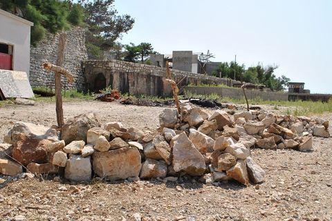 A pored nje Bavoljak je u želji da šokira turiste improvizirao tri groba