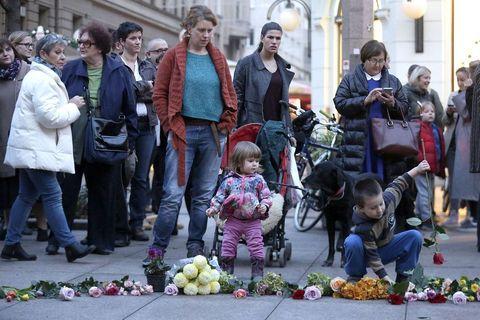 Dvjestotinjak ljudi okupilo se na zagrebačkom Trgu Petra Preradovića, poznatijem kao Cvjetni trg