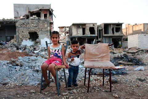 Klinci na ulicama Kobanea, grada koji još nosi duboke ožiljke od žestoke opsade u kojoj je nanesen prvi ozbiljni poraz ISIS-u