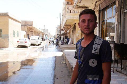 Isam, najmlađi preživjeli branitelj sirijskog Kobanea, prisjeća se borbi dok nam pokazuje gradske ulice