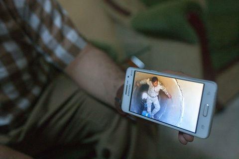 Braća, pripadnici Pešmergi, pokazuju snimku svoga strica, koji je poginuo u akciji razminiravanja civilnih kuća od bombi koje je za sobom ostavio ISIS