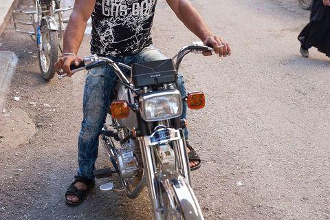 Jutarnje ulice Qamishlija. Fedore i motori su neizostavni modni detalji mlađe generacije