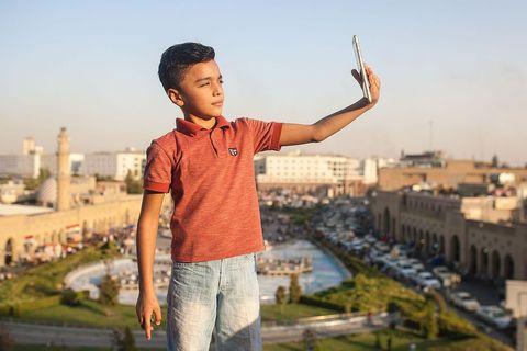 Dječak pravi selfie na vrhu Citadele u Erbilu, jedne od lokacija kandidata za najstarije kontinuirano naseljenu točku planete