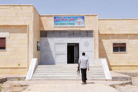 Zgrada Civilnog vijeća Rake - institucije koja okuplja lokalne ljude i priprema ih za preuzimanje uprave nad gradom jednom kada konačno bude oslobođen