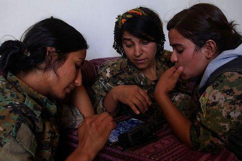 Zapovjednice postrojbe YPJ-a (Ženske obrambene snage) na tabletu planiraju daljnje operacije za oslobođenje sirijske Rake