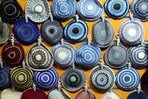Šarena ponuda kipā tj. jarmulki, obaveznih kapica za muškarce u sinagogama i kod kuće za vrijeme molitve, ortodoksni Židovi (haredim) nose ih stalno