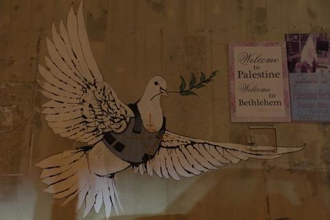 Golubica mira u pancirnom prsluku, jedan od najpoznatijih Banksyjevih grafita
