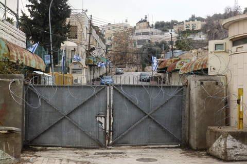 Ulaz u židovsku koloniju usred Hebrona, u neposrednoj blizini Grobnice patrijarha, gdje su pokopani Abraham, praotac Židova, kao i Izak, Jakov, Sara, Rebeka i Lea, zbog čega je Hebron sveti grad za sve abrahamske religije