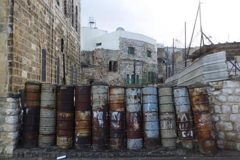 Barikade u ulici Šuhada, nekada glavnoj trgovačkoj ulici, a danas gradu duhova i zabranjenoj zoni za Palestince