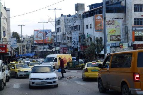 Prometni krkljanac u centru Hebrona, privatni taksiji i jeftiniji service taksiji vrebaju mušterije