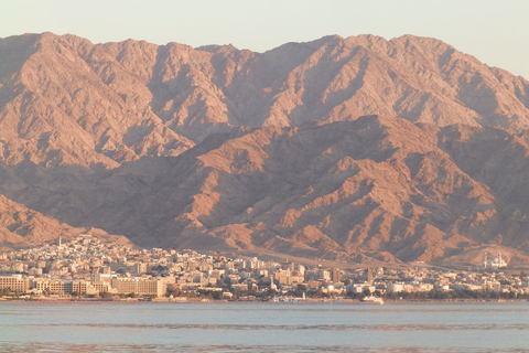 Pogled u Jordan na drugoj strani zaljeva, zadnje zrake Sunca padaju na Akabu