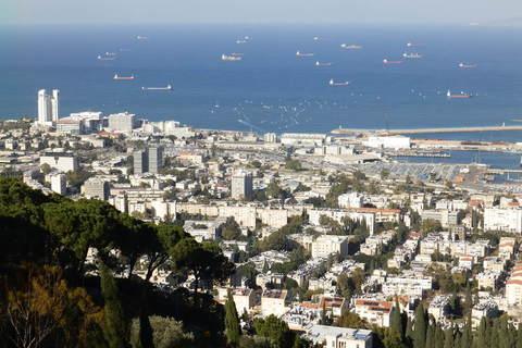 Panorama Haife s brodovima koji čekaju na istovar u pozadini
