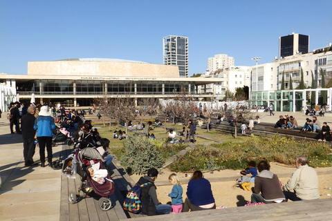 Trg Habima ispred Charles Bronfman Auditorijuma, najveće koncertne dvorane u Tel Avivu