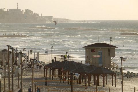 Jedna od trinaest telavivskih plaža s Jafom u pozadini