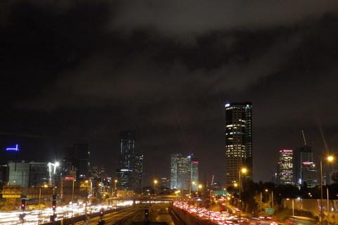 el Aviv by night, među automobilima i tračnicama teče rijeka Ajalon