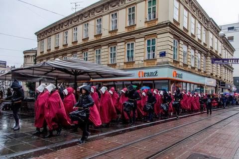 "DIGNITE GLAVE: Kako su ""sluškinje"" okupirale grad (FOTO)"